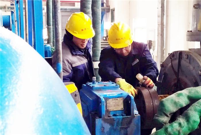 002-4.2月9日,乙炔工段员工程防、对乙炔循环压缩机进行维护保养,保证节假日关键装置、重点设备的正常运行。.jpg