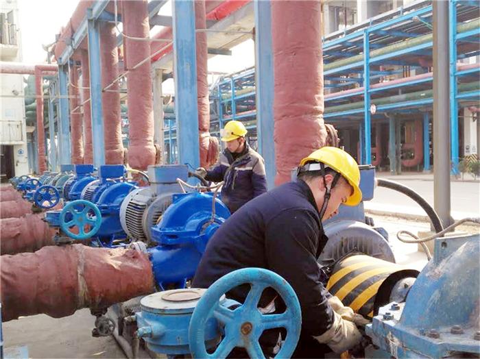 002-7.氯乙烯工段员工殷笑笑、刘洋在节假日期间主动对热水泵进行除锈刷漆、维护保养,为设备穿上了新衣。.jpg