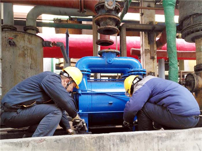 002-8.氯乙烯工段员工刘岚博、袁涛对真空泵废旧基座进行拆除,保障了装置正常运行。.jpg