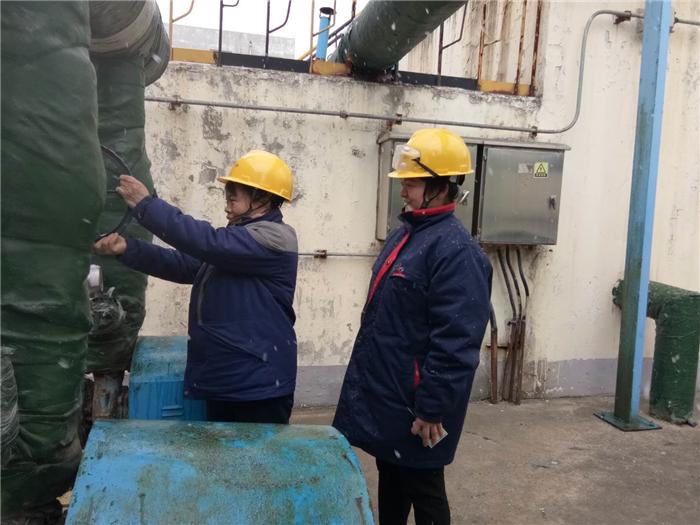 004.2.2污水处理运行班班长杨晓梅对工作认真负责,一丝不苟,巡检发现问题及时处理,操作兢兢业业,调整准确到位,做到了污水的达标排放,指标控制正常。.jpg